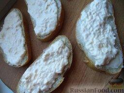 Горячие бутерброды со шпротами и сыром: Хлеб намазать маслом. Половину сырной смеси намазать на хлеб.