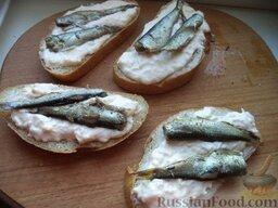 Горячие бутерброды со шпротами и сыром: На каждый ломтик положить по (1-2) маленькой рыбке.