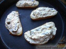 Горячие бутерброды со шпротами и сыром: Готовые бутерброды со шпротами и с сыром выложить на противень, поставить на среднюю полку.