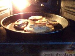 Горячие бутерброды со шпротами и сыром: Запекать в горячей духовке, при температуре 190-200 градусов 5-10 минут (пока бутерброд не пожелтеет).