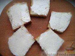 Горячие бутерброды со шпротами или сардинами и сыром: Хлеб намазать маслом или пропитать небольшим количеством масла от консервов.