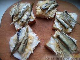 Горячие бутерброды со шпротами или сардинами и сыром: На каждый ломтик хлеба положить 2-3 шпроты или целую сардину.