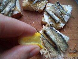 Горячие бутерброды со шпротами или сардинами и сыром: Рыбу слегка сбрызнуть лимонным соком.