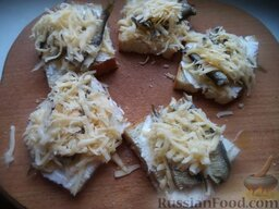 Горячие бутерброды со шпротами или сардинами и сыром: Бутерброды посыпать толстым слоем тертого сыра.