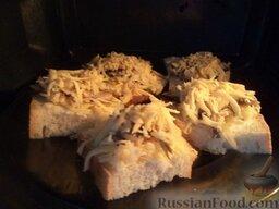 Горячие бутерброды со шпротами или сардинами и сыром: Выложить бутерброды на противень, поставить в духовку на среднюю полку. Запекать в духовке до тех пор, пока сыр не расплавится (около 5-10 минут) при температуре 180 градусов.