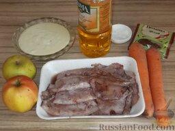 Кальмары, фаршированные морковью и яблоками, в сметанном соусе: Подготовить продукты для приготовления фаршированных кальмаров в сметанном соусе.