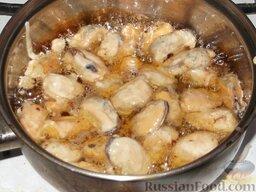 Мидии жареные: Мидии жарить в растительном (или сливочном) масле на раскаленной сковороде (или в сотейнике). Для этого в сотейнике или казане с плоским дном разогреть растительное масло. Убавить огонь до средне-сильного.  Выложить мидии в масло в один слой. Если мидий много, жарить их нужно порциями.