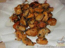 Мидии жареные: Выложить мидии жареные на салфетку, чтобы убрать излишки масла.