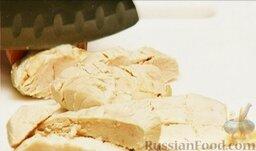 Салат из курицы с ананасом: Отварное куриное мясо нарезать небольшими кусочками.
