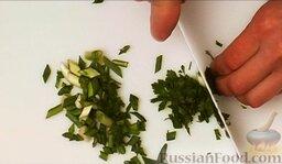 Салат из курицы с ананасом: Нарезать зеленый лук и петрушку.