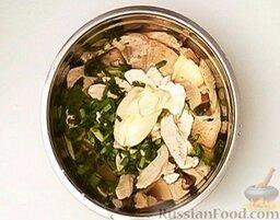 Салат из курицы с ананасом: Соединить курицу, зелень, добавить майонез.