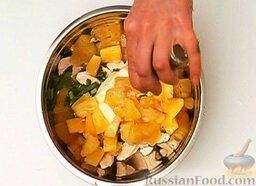Салат из курицы с ананасом: Если консервированные ананасы в виде колец, нарезать их небольшими кусочками. Добавить кусочки ананасов к остальным продуктам.  Поперчить салат по вкусу и хорошо перемешать.