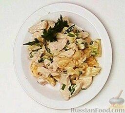 Салат из курицы с ананасом: Подавать салат из ананасов и курицы слегка охлажденным. Украсить зеленью.