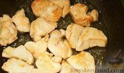 Салат из курицы с ананасом и грибами: Перевернуть кусочки курицы и обжаривать еще примерно 5 минут. (Можно накрыть крышкой.) Готовое филе переложить в миску.