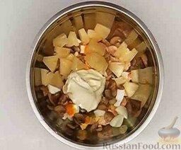 Салат из курицы с ананасом и грибами: Ананас отцедить от жидкости и нарезать небольшими кубиками. (Так же нарезать спаржу, если используется.)   Все подготовленные ингредиенты соединить, заправить майонезом, при необходимости подсолить. Хорошо перемешать.