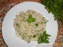 Салат из редьки: Украсить салат из редьки зеленью петрушки и подавать у столу!