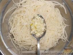 Салат из редьки: Когда редька обсохнет, смешать ее с мелко нарубленным луком.