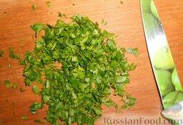 Салат из редьки: Зелень петрушки промыть холодной водой и мелко нарезать.