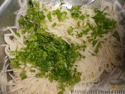 Салат из редьки: Добавить 1-2 ст. ложки измельченной зелени в салат.