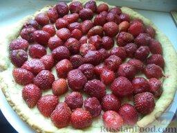 Пирог со свежей клубникой: Готовый пирог охладить, между бортиками теста уложить аккуратными рядами мытую клубнику с сахаром.