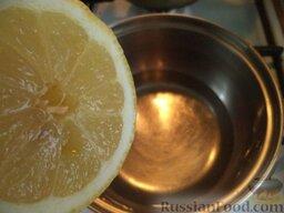 Пирог со свежей клубникой: Вскипятить стакан воды с лимонным соком.