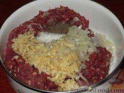 Фыдчин (осетинский пирог с мясом): К мясу добавить нарезанный репчатый лук, чеснок, соль, черный молотый или красный (лучше стручковый) перец. Перемешать.