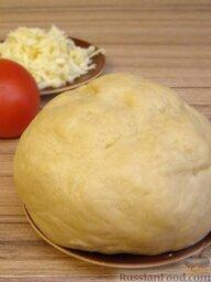 Пресное тесто для пиццы: Приготовленное пресное тесто для пиццы можно использовать сразу или хранить в холодильнике 1-2 дня.