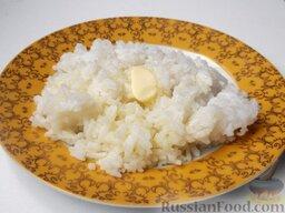 Каша рисовая рассыпчатая на воде: Подать рассыпчатую рисовую кашу со сливочным маслом.     Можно использовать рисовую кашу на воде в качестве гарнира к различным блюдам.