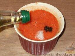 Гаспаччо по-андалузски: Полить оливковым маслом. При необходимости гаспаччо по-андалузски развести холодной водой до нужной консистенции.