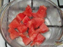 Арбузное варенье ( из мякоти ): Долить воду (0,25 стакана) и варить на плите до размягчения кусков (при слабом кипении). У меня на это ушло 45 минут.