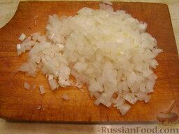 Салат из печени трески (минтая) с яйцами: Репчатый лук мелко нарезать.     Не всем нравится вкус и запах лука в салате. Чтобы его смягчить, можно ошпарить нарезанный лук кипятком или подержать в лимонном соке.     Или можно просто уменьшить количество репчатого лука.