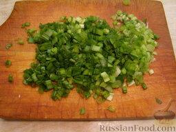Салат из печени трески (минтая) с яйцами: Зеленый лук мелко нарезать. Можно часть лука оставить ненарезанной - для украшения. Или же отложить для этого часть нарезанного зеленого лука.