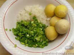 Салат из печени трески (минтая) с яйцами: Желтки размять, растереть с луком и добавить масло из консервов (2-3 ст. ложки).
