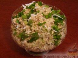 Салат из печени трески (минтая) с яйцами: Украсить салат из печени трески кусочками яйца, стрелками зеленого лука (или нарезанным зеленым луком).