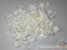 Салат из печени трески (минтая) с сыром: Яйца отварить вкрутую (залить водой, довести до кипения, варить 5 минут), очистить и отделить белки от желтков. Белки порубить.