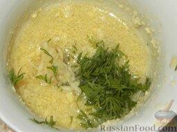 Салат из печени трески (минтая) с сыром: Желтки растереть с маслом от консервов, добавить натертый на терке чеснок, рубленую зелень.