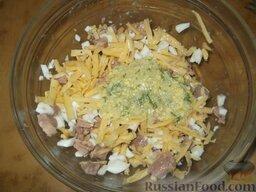 Салат из печени трески (минтая) с сыром: Этот салат залить приготовленной из растертых желтков смесью. Посолить и поперчить. Перемешать.