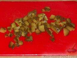 Салат из печени трески (минтая) с овощами: Соленые огурцы мелко нарезать.