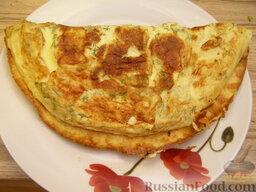 Омлет с сыром: Горячий омлет с сыром свернуть конвертом, рулетиком. Или просто сложить пополам и подавать омлет с сыром к столу.