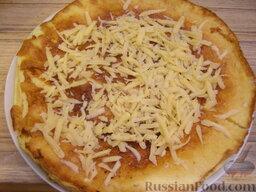 Омлет с сыром: Готовый омлет переложить на тарелку и посыпать тертым сыром.