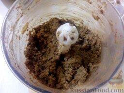 Печеночный паштет: Печенку вместе с луком пропустить через мясорубку или перемолоть в блендере.
