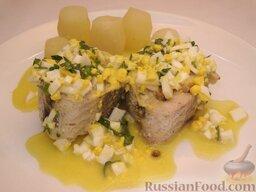 Рыба по-польски: Подается на стол рыба по-польски по 1-2 куска на порцию, с гарниром из отварного картофеля. Картофель можно выточить в форме бочонка.   Соус польский можно подать отдельно.