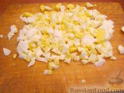 Рыба по-польски: Для соуса яйца отварить вкрутую, очистить и порубить.