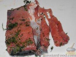 Горбуша домашнего посола: Когда посол горбуши будет закончен, готовое филе нарезать тонкими пластами.