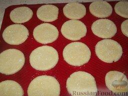 Творожное печенье «Осака»: Противень слегка смазать маслом.    Печеньки, обмакивая в сахар, выложить на противень, смазанный жиром.    Выпекать творожное печенье в течение 15-20 мин при температуре 165-190 °С.