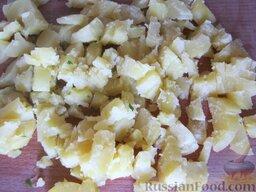 Окрошка классическая: Готовый картофель переложить в холодную воду на пару минут, а затем достать из воды,  почистить и порезать кубиками.