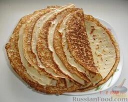 Блинчики с печенкой: Готовим тесто для блинчиков из молока, яиц и муки, добавив в тесто немного соли, сахара, гашеную соду (блинчики будут мягкими, воздушными, с дырочками) и растительное масло (можно жарить налистники, не добавляя масло в сковороду). Жарим блинчики на самой удобной и лучшей сковороде. Проявляя терпение, не съедаем их сразу, а складываем стопочкой.