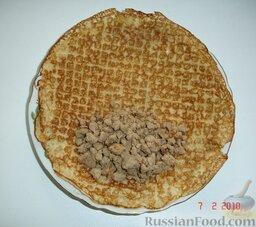 Блинчики с печенкой: Выкладываем измельченную печенку на край блинчика.