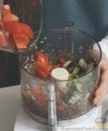 Гаспачо: В блендере измельчить лук и каперсы. Добавить помидоры, огурец, сельдерей и перец, хорошо измельчить. Перелить в большую миску.