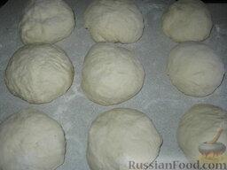 Кубдари - хачапури с мясом: Когда тесто подойдет, выкладываем на доску, отрываем кусочки, формируем шарики, накрываем полотенцем.